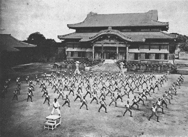 Karatetraining 1938 vor ShuriCastle in Okinawa